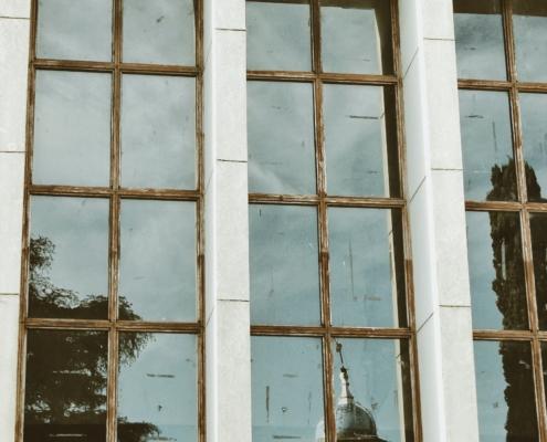 Wavy glass window